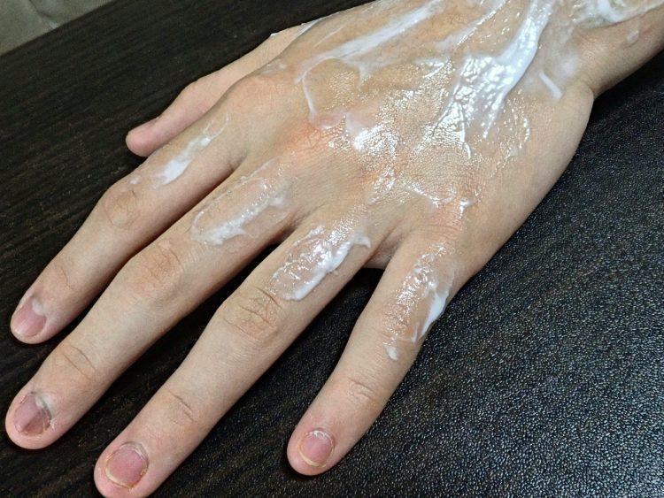 手に除去クリームを塗る2